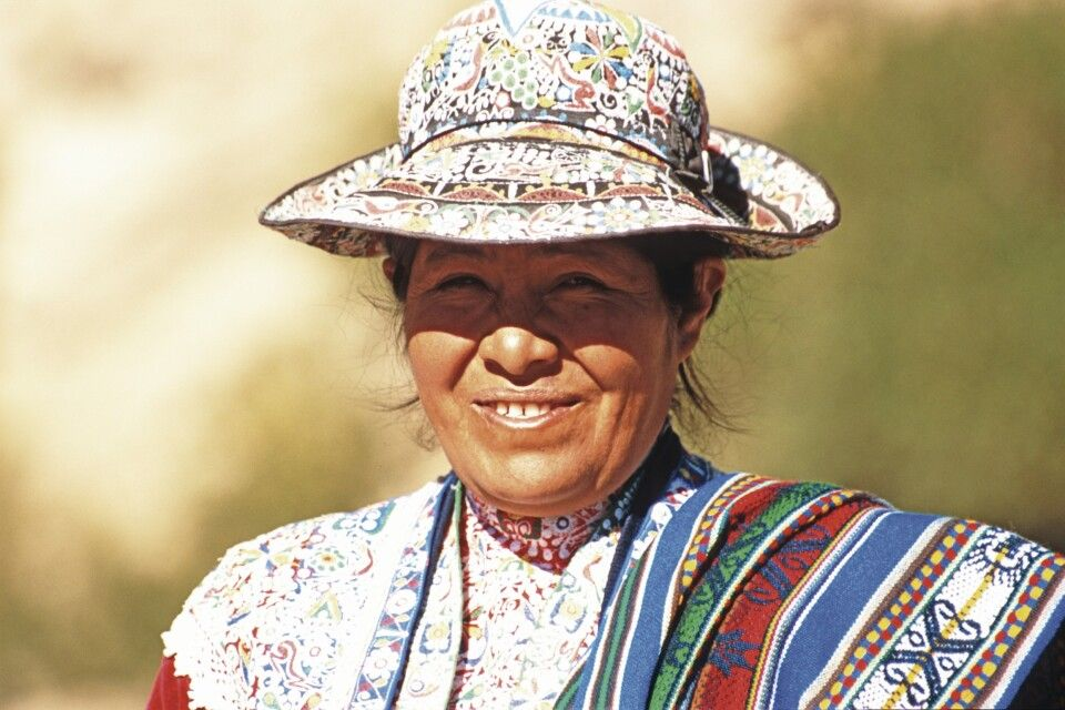 Indigene Frau mit Hut