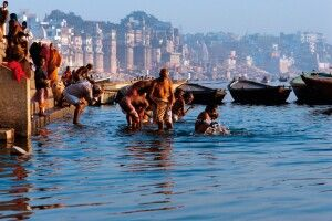 Heilige Bad im Ganges in Varanasi
