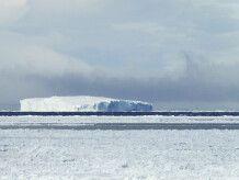 Packeis und riesiger Tafeleisberg im Weddellmeer