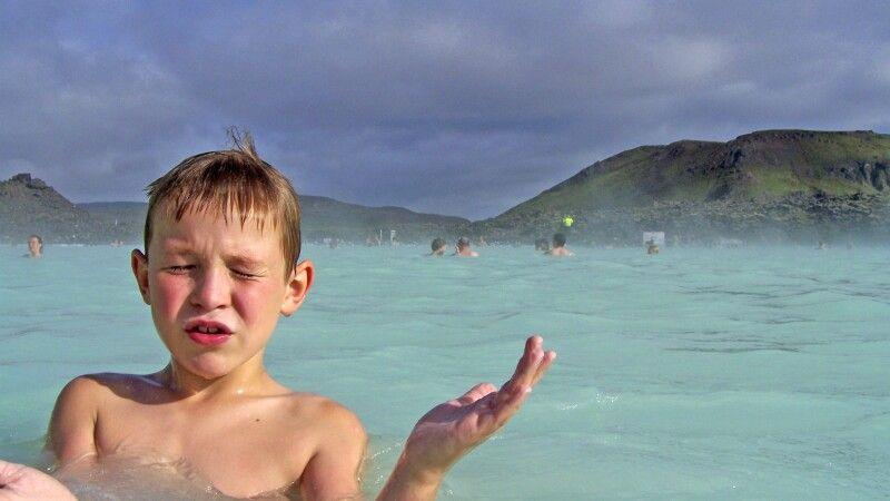 Die berühmte blaue Lagune lädt mit heißem Wasser zum Baden ein © Diamir