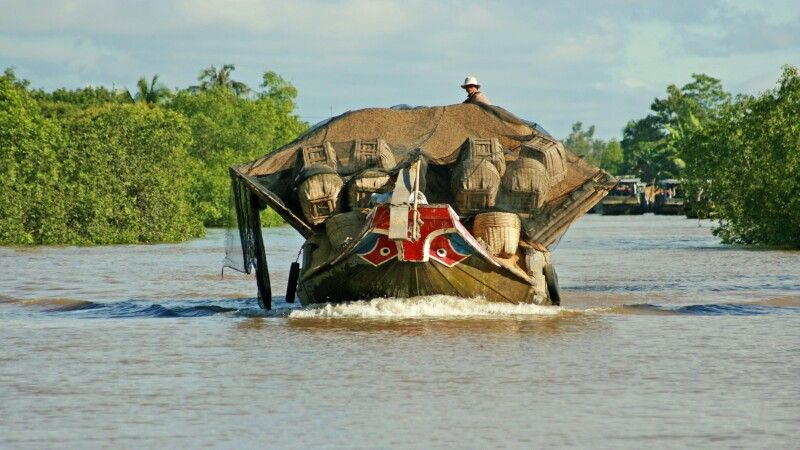 Voll beladen über den Mekong © Diamir