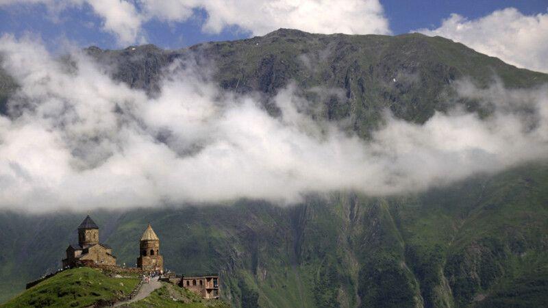 Gergeti Dreifaltigkeitskirche vor Bergpanorama © Diamir