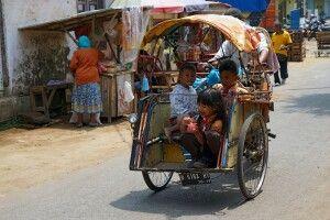 Kinder auf Mopedrikscha in Tumpang