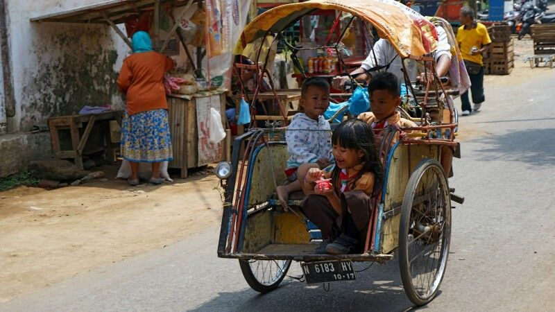 Kinder auf Mopedrikscha in Tumpang © Diamir