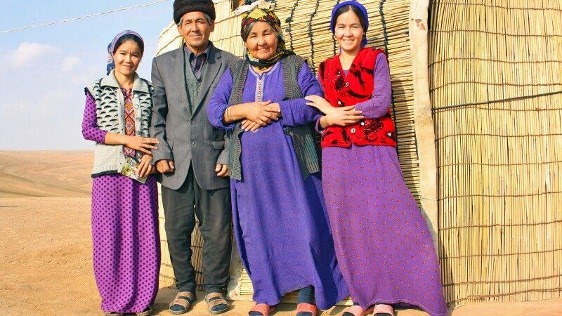 Familie in Wüste Karakum © Diamir