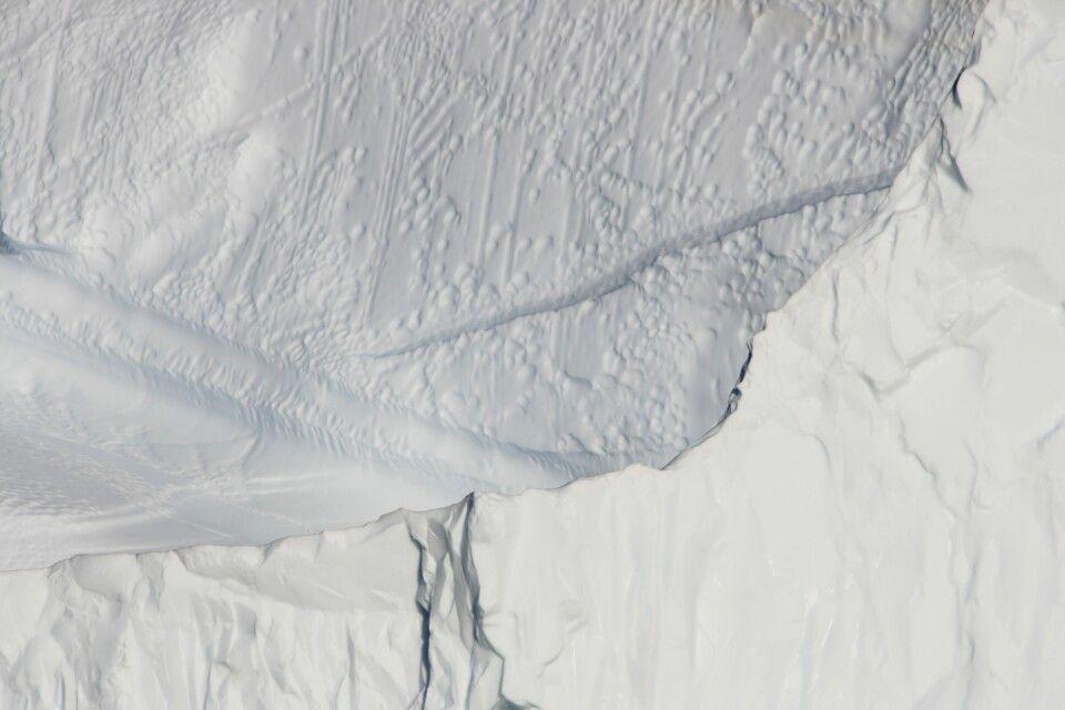 Spannende Strukturen an einem Eisberg