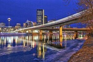 Das Stadtzentrum von Calgary bei Nacht