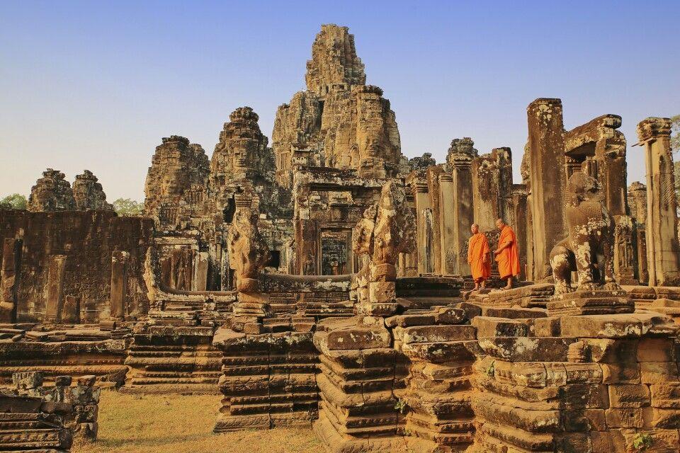 Mönche im Abendlicht vor dem Tempel Bayon in Kambodscha