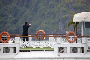 Tai Chi am Morgen auf dem Deck der Dschunke in der Halongbucht