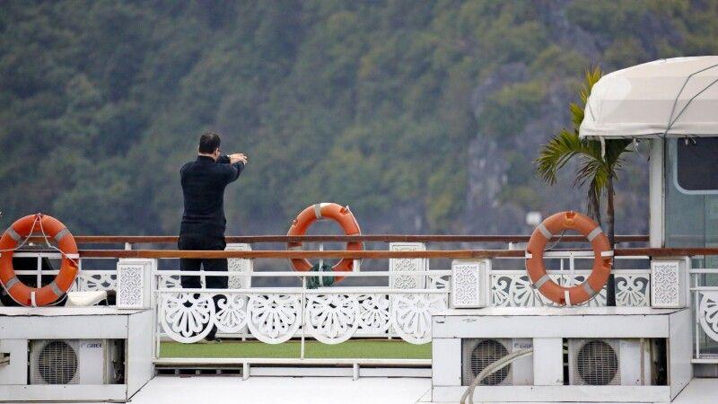 Tai Chi am Morgen auf dem Deck der Dschunke in der Halongbucht © Diamir