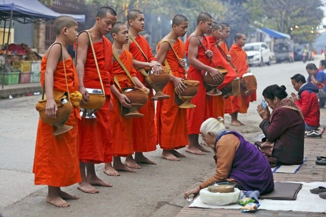 Mönche beim Almosengang am Morgen in Luang Prabang