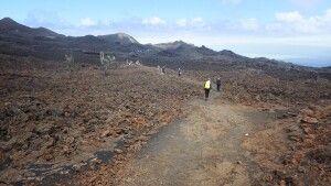 Plötzlich abrupter Wechsel der Szenerie. Mondlandschaft, vegetationsloses buntes Geröll. Im Hintergrund der Vulkan El Chico.
