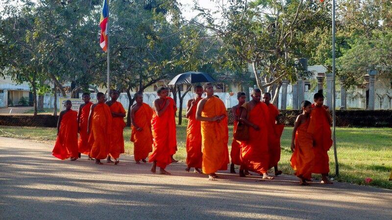 Mönche in Anuradhapura © Diamir
