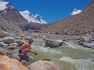 Pilger und Mutige waschen im heiligen Wasser des Bhagirathi die Seele rein.