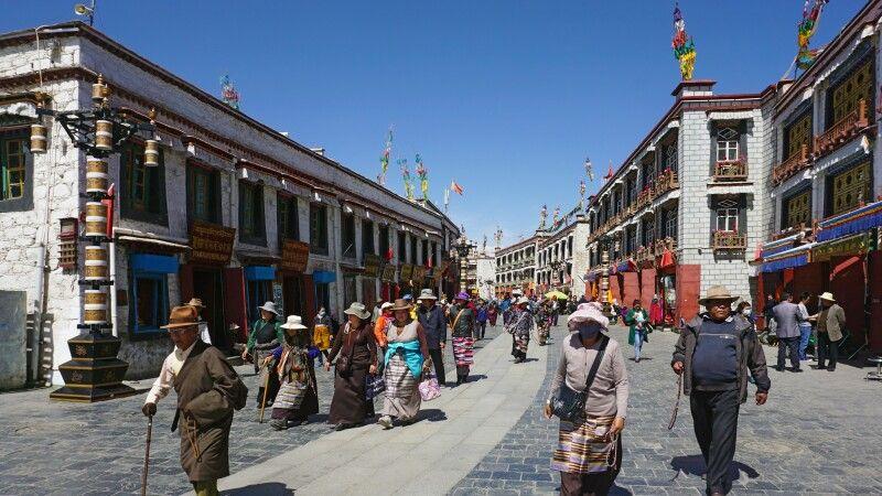 Pilgerer auf dem Barkhor in Lhasa © Diamir
