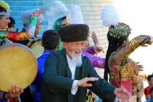 Folklore in Chiwa mit Jung und Alt