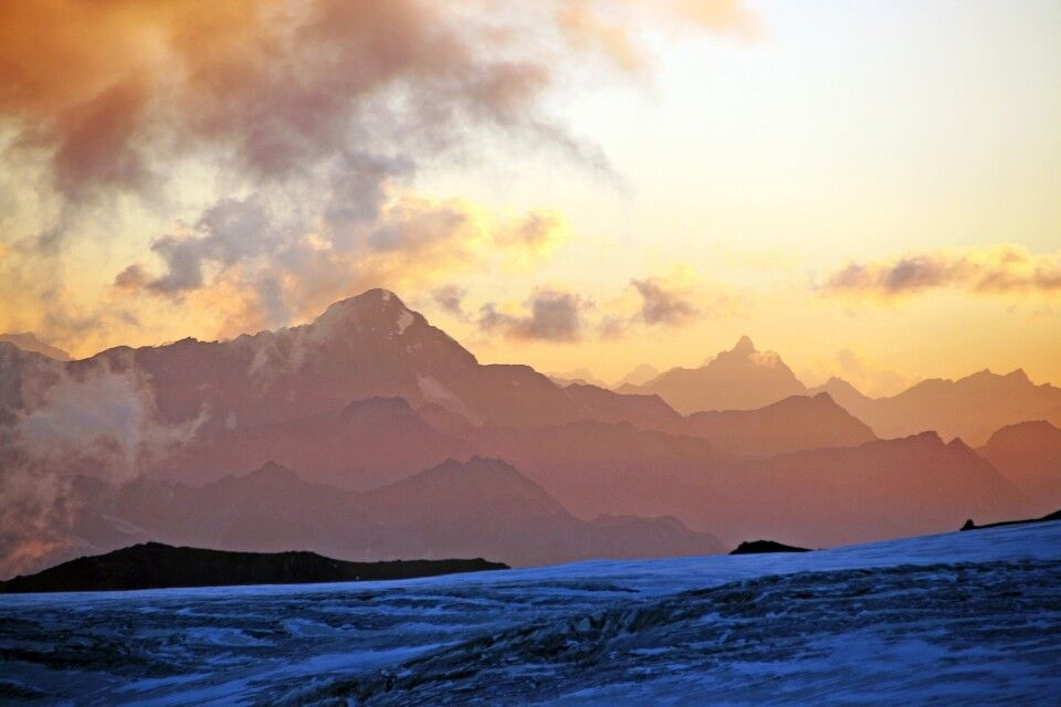 Vom Basislager des Elbrus aus hat man einen schönen Blick auf den Kaukasus.