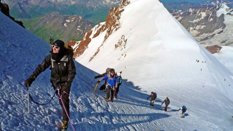 Die letzten Meter zum Gipfel des Kasbek hinauf sind etwas steiler. © Diamir