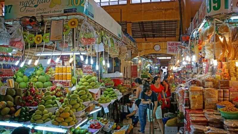 Unterwegs im berühmten Ben-Thanh-Markt in Saigon © Diamir