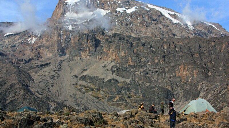 Unser Zeltplatz liegt unmittelbar am Fuß den Kilimanjaro, den wir am übernächsten Tag besteigen. © Diamir
