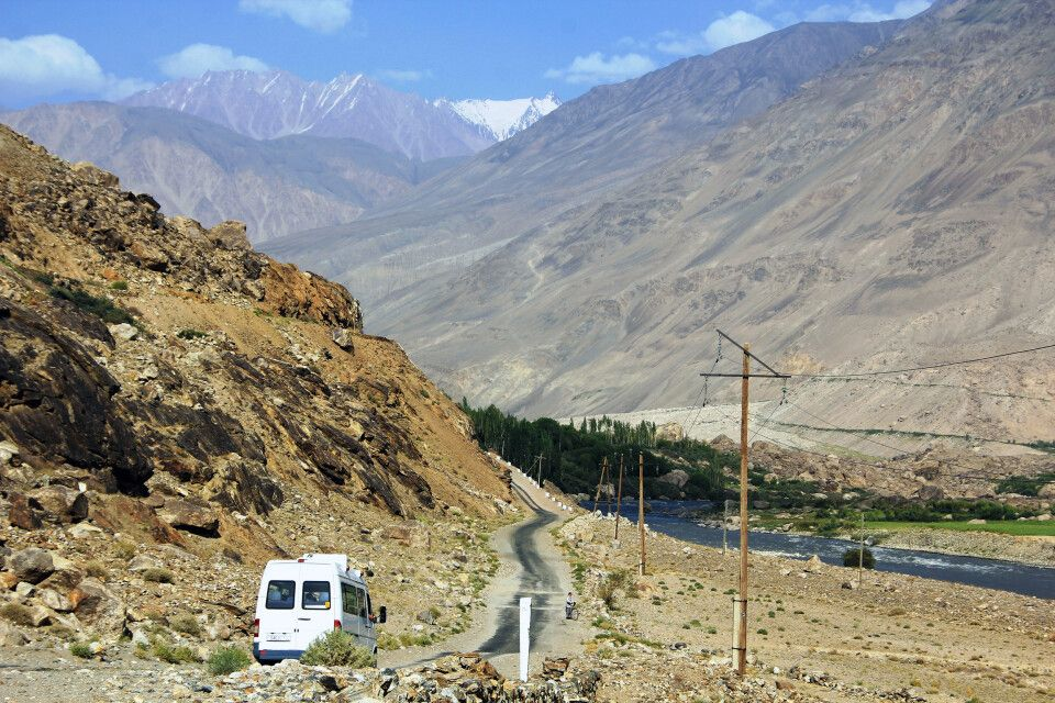 Der Pamir Highway führt entlang dem Grenzfluss Panj – hier zw. Khorog und Jamg.
