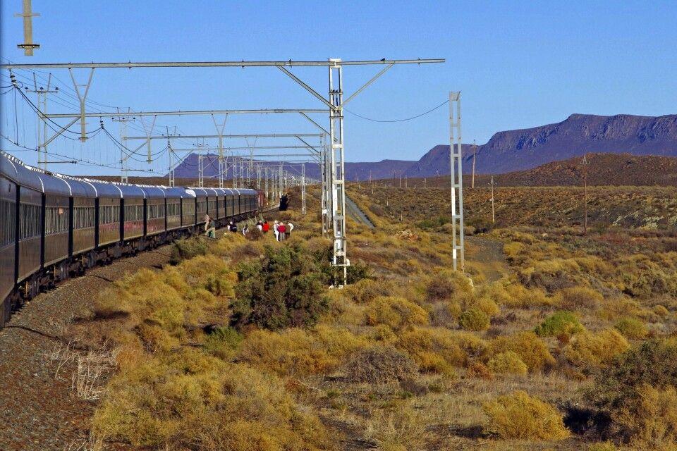 Rovos Rail. Fahrgäste steigen aus zum Marsch nach Matjiesfontein