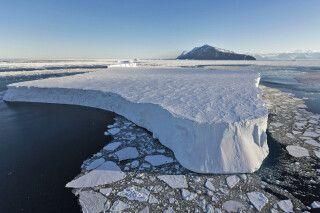 Einer der gigantischen Tafeleisberge im Rossmer