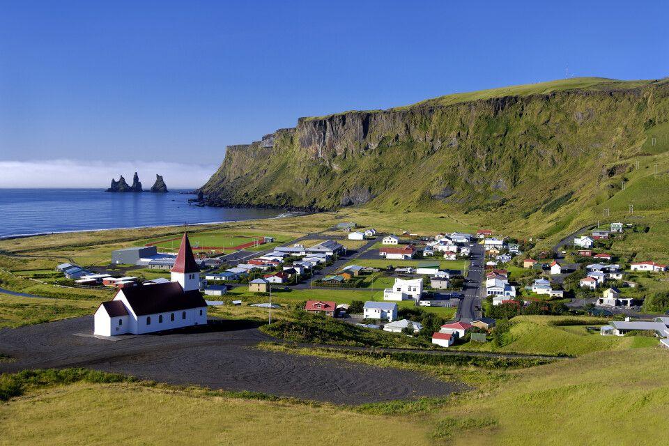Farbenfrohes Dorf an der Südküste