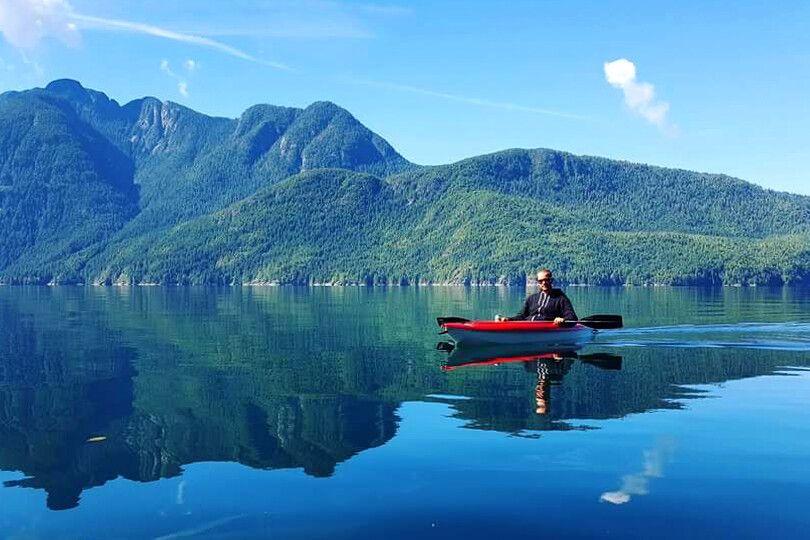Kanu im Toba Inlet beii der Homfray Lodge