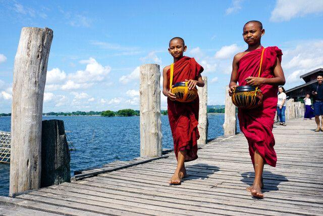 Begegnung mit Mönchen auf der U-Bein-Brücke