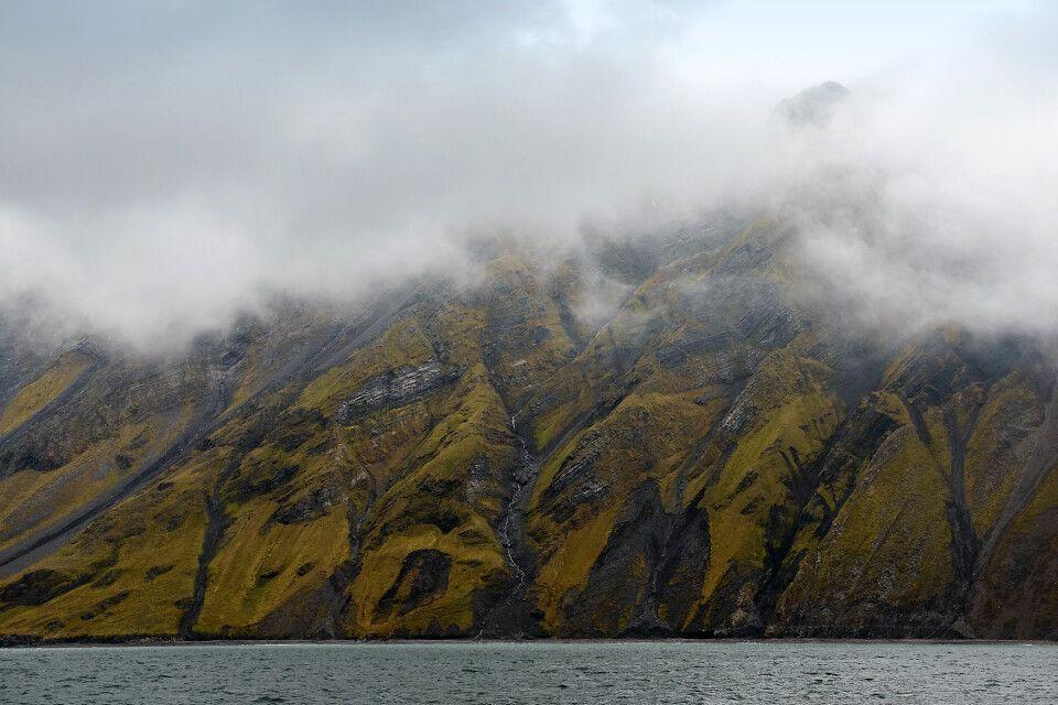 Nebelzerfetzte Sicht auf die verrückte Geologie im Bellsund
