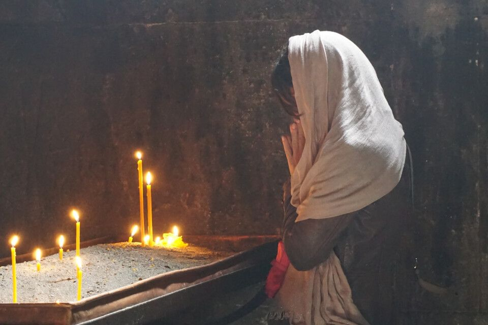 Frau beim Gebet