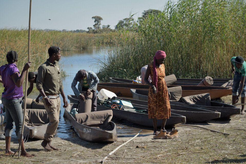 Beladung der Mokoros im Okvango-Delta