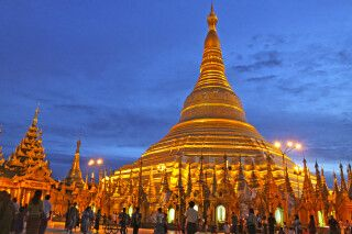 Goldglänzend gibt sich die große Shwedagon-Pagode am Abend