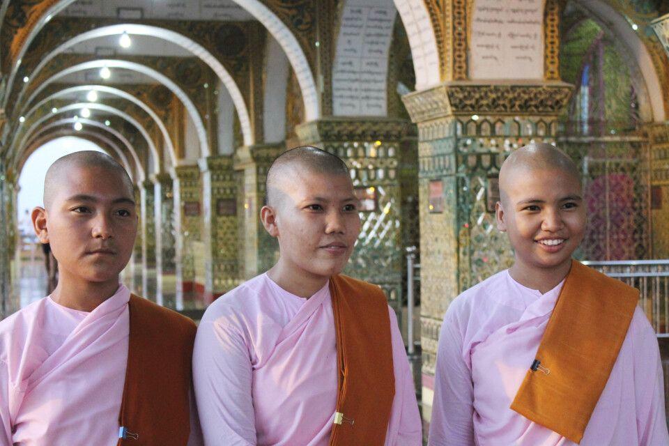 Begegnung im einer Pagode mit drei Nonnen