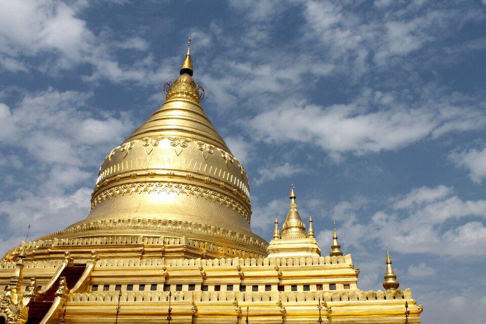 Bei Bagan findet man die riesige Shwezigon-Pagode.