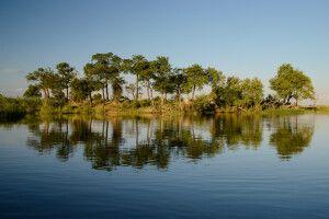 Auf Fotosafari per Boot in der Wasserwelt des Kwando-Flusses