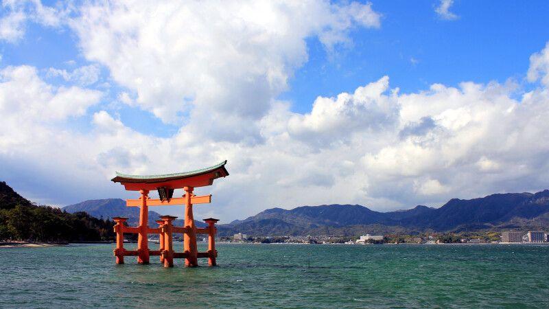 Torii des Itsukushima-Schrein (UNESCO) bei Hiroshima © Diamir