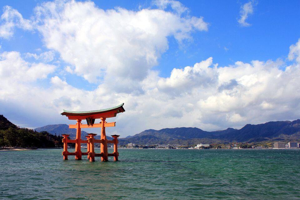 Torii des Itsukushima-Schrein (UNESCO) bei Hiroshima