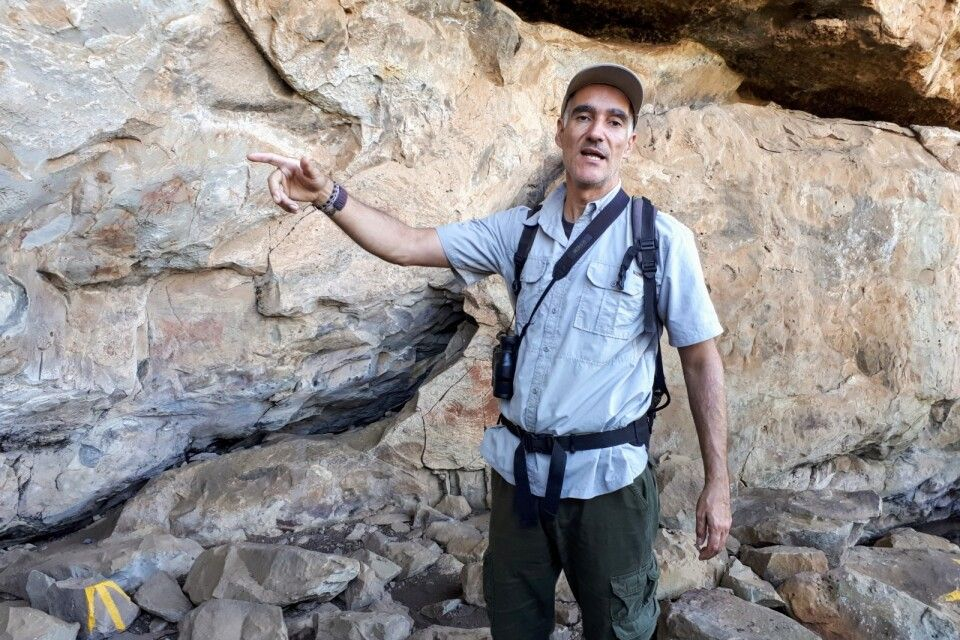 Lokaler Guide erklärt Wissenswertes zu San-Felsmalereien