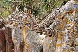 Tonpferde säumen den Weg zum Ayyanar-Tempel bei Thanjavur (Tanjore)