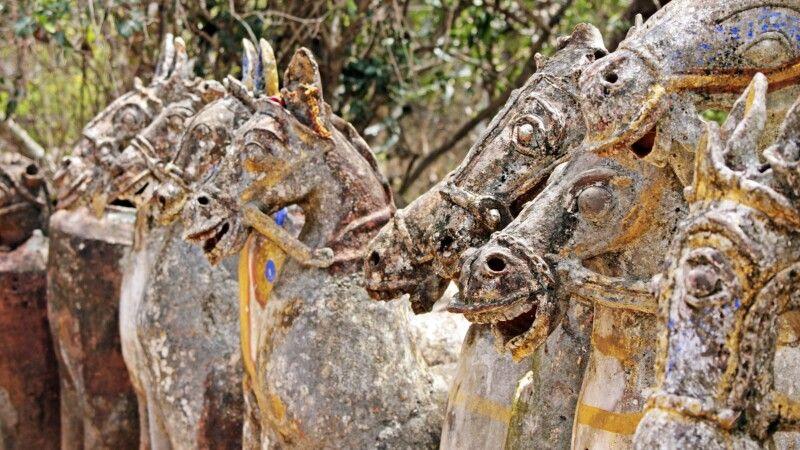 Pferdestatuen vor dem Ayanar Tempel bei Tanjore © Diamir