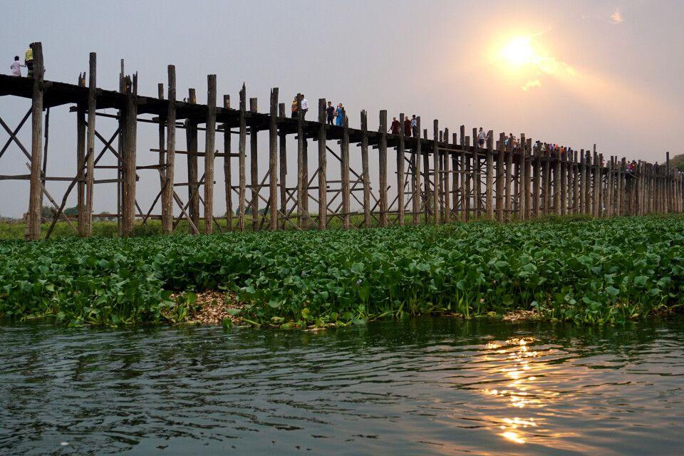 Sonnenuntergang über der langen Teakholzbrücke von U Bein in Myanmar