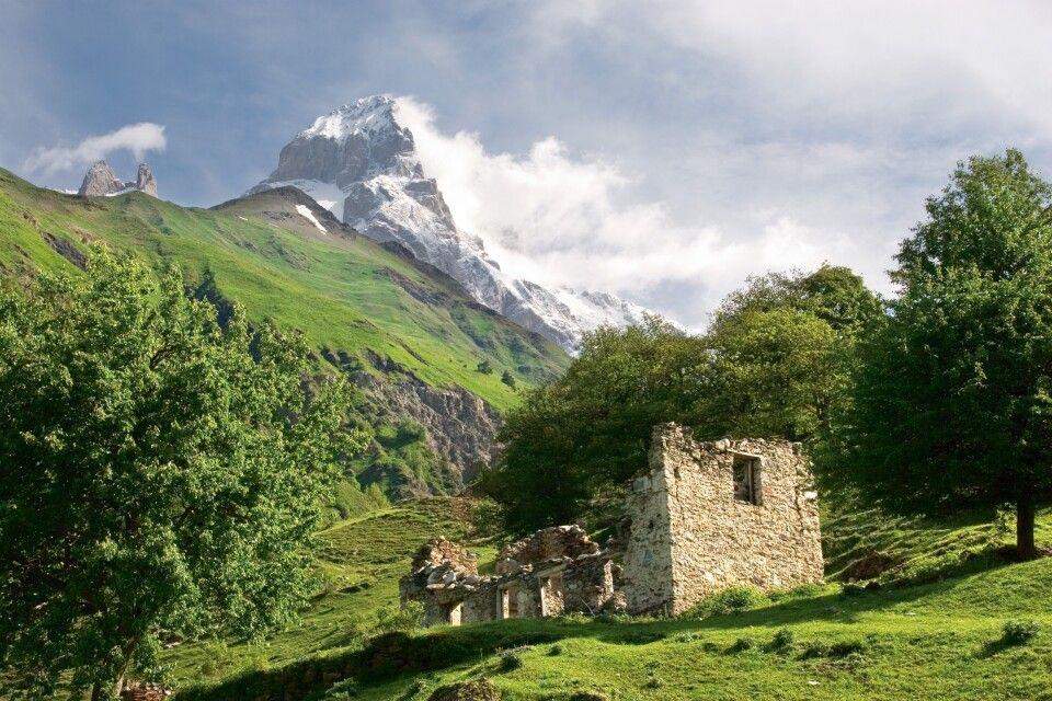 Alte Ruine mit Ushba