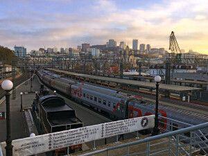 Sicht auf den Bahnhof mit dem Wahrzeichen 9288km von Moskau bis Wladiwostok
