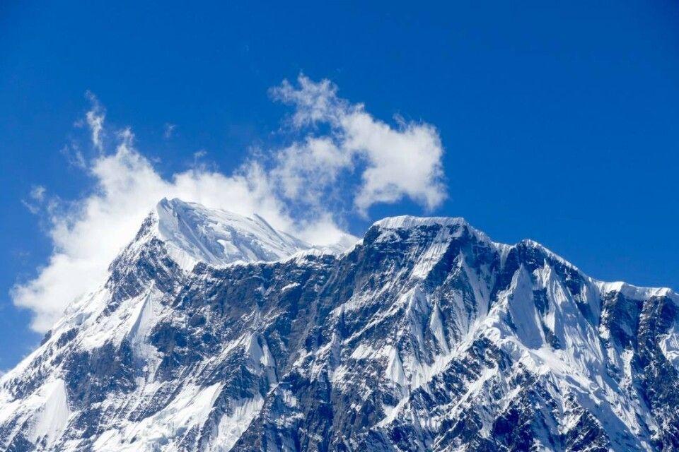 Annapurna-Massiv vor tiefblauem Himmel