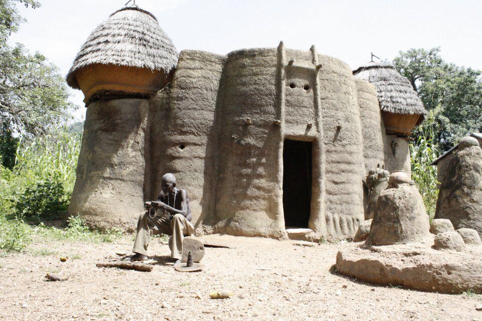 Eine sogenannte Tata-Somba Behausung bei Tamberma in Togo. Die zweigeschossigen Unterkünfte bieten Platz für Privaträume, Speicher, Küche und Terrasse. Die hier lebenden Somba haben die Schutzhöfe gebaut um sich gegen Sklavenhändler aber auch gegen die französische Kolonialmacht zu wehren.