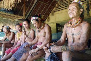 Mentawai im Gemeinschaftshaus