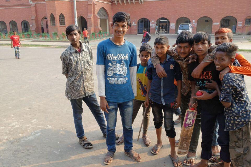 Jungs vor dem englischen Kolonialstil-Bahnhof Chittagong