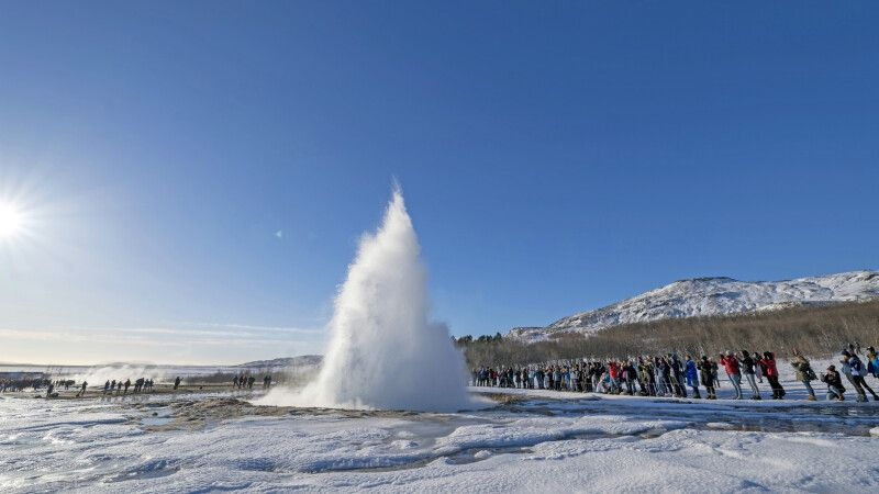 Der aktive Strokkur im Winter © Diamir